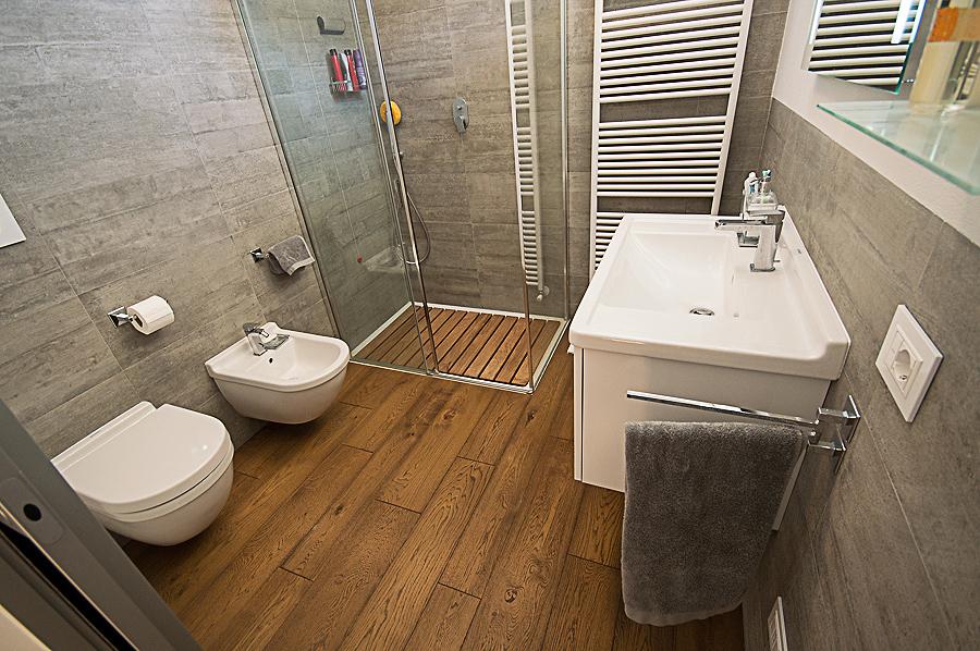 Piccoli spazi beretta parquet essenza in legno - Bagni con pavimento in legno ...